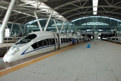 Affisch Guangzhou, Kina - SEPTEMBER 29: Kina investerar i snabb och modern järnväg, tåg med hastighet över 340 km / t. Tåg till Wuhan den 29 september 2010 väntar i nybyggda Guangzhou södra station.