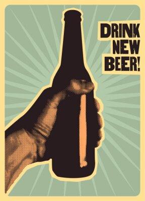 Affisch Handen håller en flaska öl.