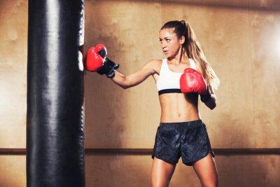 Affisch Härlig kvinna boxning med röda handskar