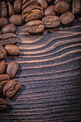 Affisch Hög med kaffebönor på tappning träskiva ovanifrån