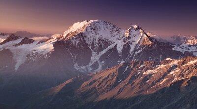 Affisch Höga berg på morgonen tid. Vackra naturen.