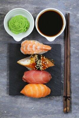 Affisch Japansk traditionell mat sushi med lax, tonfisk och räkor
