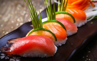 Affisch Japanska lax, tonfisk sushi och sås närbild