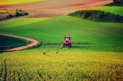 Affisch Jordbruksmaskiner spraya insektsmedel till det gröna fältet, jordbruk naturliga säsongsbetonad bakgrund, vint retro hipster stil