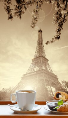 Affisch Kaffe med croissanter mot Eiffeltornet i Paris, Frankrike