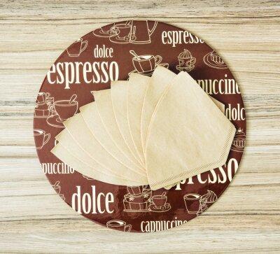 Affisch Kaffe tema rund bricka och kaffefilter på trä backgr
