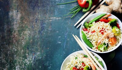 Affisch Kinesiska nudlar med grönsaker och räkor