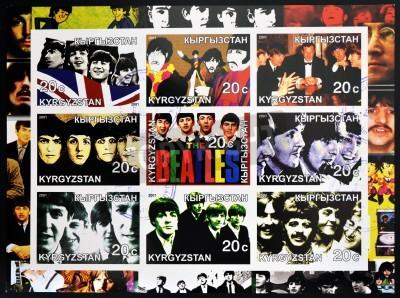 Affisch KIRZIGUISTAN - cirka 2001 Insamling stämplar tryckta i Kirziguistan visar Beatles, circa 2001