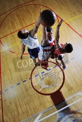 Affisch konkurrens cencept med människor som spelar och tränar basket sport i skolan gym
