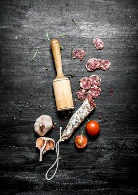 Affisch Kryddig salami med tomater och vitlök.
