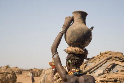 Affisch Kvinna bär på huvudet en behållare med vatten, Etiopien