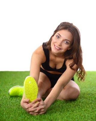 Affisch Kvinna gör stretchövningar på det gröna gräset