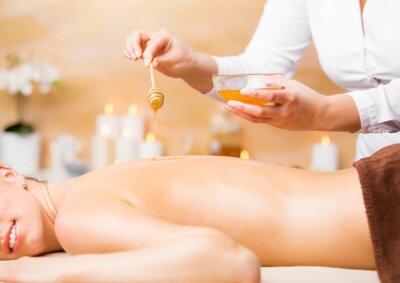 Affisch Kvinna njuter spa-behandling med honung