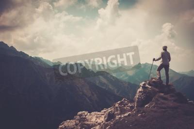 Affisch Kvinna vandrare på en topp av ett berg