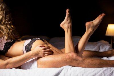 Affisch Kvinnan ligger på toppen av mannen i sovrummet