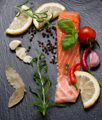 Affisch Läcker del av färsk laxfilé med aromatiska örter, kryddor och grönsaker - hälsosam mat, kost eller matlagning koncept