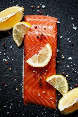 Affisch Läckra laxfiléer med citron, havssalt och peppar på en da