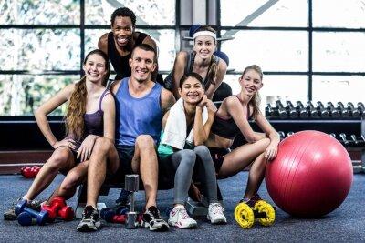 Affisch Leende fitness klass poserar tillsammans