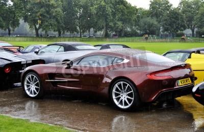 Affisch LONDON - SEPTEMBER 04: En Aston Martin One-77 på Chelsea AutoLegends på 4 september 2011 i London. Aston Martin One-77 kommer att tillverkas vid endast 77 enheter.