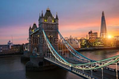 Affisch London Tower Bridge vid solnedgången på en solig sommarkväll - skott mot blå klar himmel in i den lysande solen