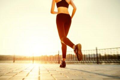 Affisch Löpare fötter körs på väg Närbild på skon. kvinna fitness sunri