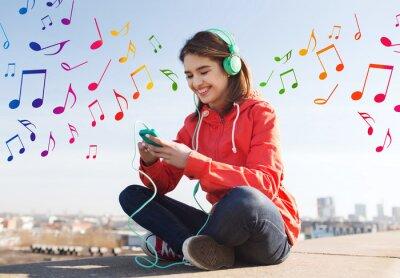 Affisch lycklig ung kvinna med smartphone och hörlurar