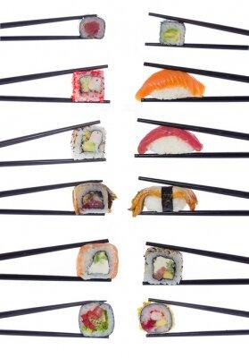 Affisch Många sushi rullar i ätpinnar isolerade på vit bakgrund