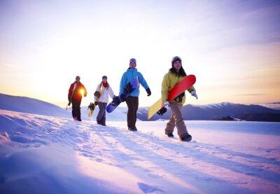 Affisch Människor på väg till snowboardåkning