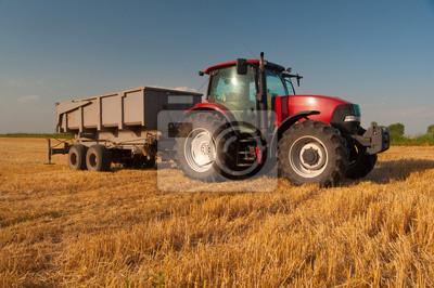 Affisch Modern röd traktor på jordbruksområdet på solig sommardag