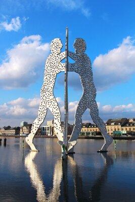 Affisch Molecule Man skulptur på floden Spree i Berlin