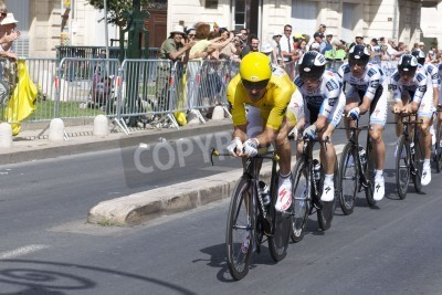 Affisch Montpellier, Frankrike - 7 juli: Team Saxobank skjuter fram i etapp 4 i Tour de France 2009 den 7 juli 2009 i Montpellier, Frankrike