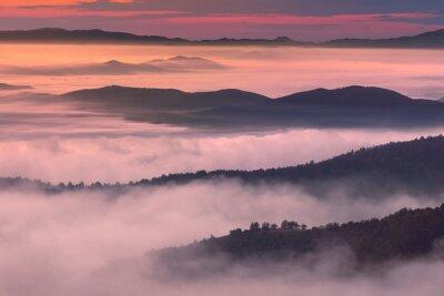 Affisch Morgon landskapet i bergs dimmig atmosfär