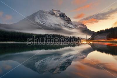 Affisch Mountain Lake och trafikljus trail med reflektion och dimma vid solnedgången i Banff National Park, Kanada.