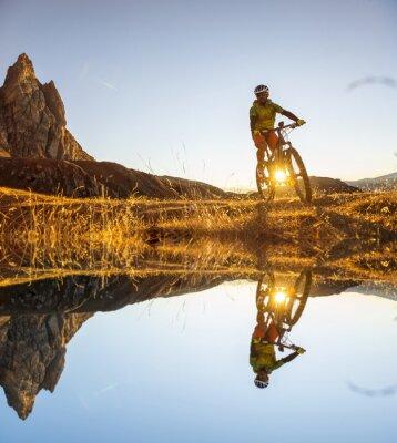 Affisch Mountainbikecyklister på sjön