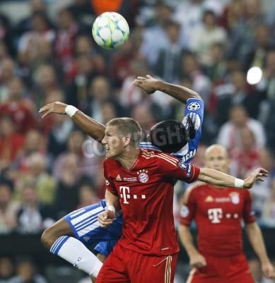 Affisch MUNICH den 19 maj - under FC Bayern München vs Chelsea FC UEFA Champions League finalen på Allianz Arena den 19 maj 2012 i München, Tyskland Drogba i Chelsea (R) och Schweinsteiger i Bayern.