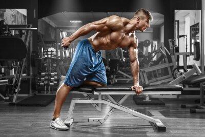 Affisch Muskulös man som arbetar i gymmet gör övningar med hantlar på triceps, stark manlig naken torso abs