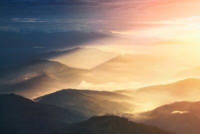 Affisch När en natten blir en dag. Vackra kullar starkt upplyst under soluppgången.