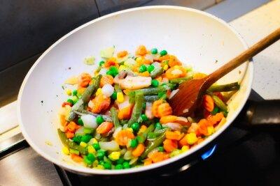 Affisch Närbild av vita pan matlagning grönsaker för middag
