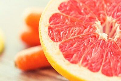 Affisch närbild färsk saftig grapefrukt skiva på bordet