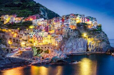 Affisch Natursköna natten tanke på färgstark by Manarola i Cinque Terre