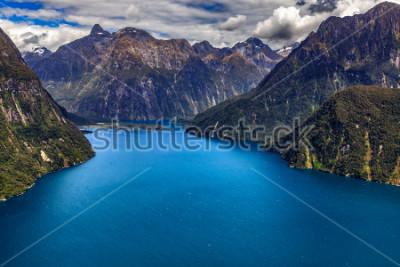 Affisch Nya Zeeland. Milford Sound (Piopiotahi) ovanifrån - Fiordens huvud, Milford Sound Airport i bakgrunden