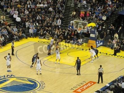 Affisch OAKLAND CA - MARS 11: Magi vs. Warriors: Golden State Warriors Stephen Curry tar frikast skjuta på Oracle Arena tagit 11 mars 2011 Oakland Kalifornien.