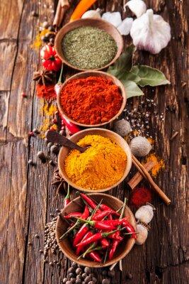 Affisch Olika kryddor på trä