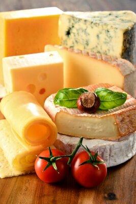Affisch Olika typer av ost på köksbordet