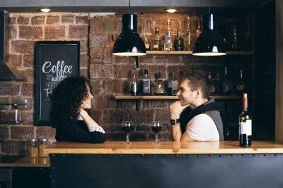 Affisch Par i baren med två glas vin