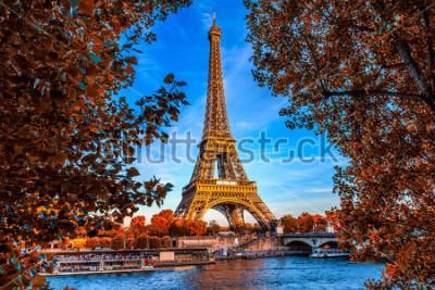 Affisch Paris Eiffeltornet och floden Seine i Paris, Frankrike. Eiffeltornet är ett av de mest ikoniska landmärkenna i Paris. Hösten paris