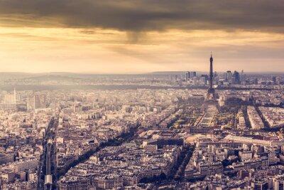 Affisch Paris, Frankrike horisont på solnedgången. Eiffeltornet i romantisk gyllene ljus