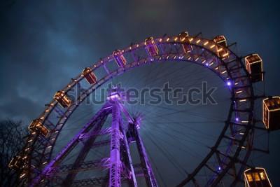 Affisch Pariserhjul med ljus mellan molnen. London Eye. Vinter. Natthimmel och moln. England. Storbritannien
