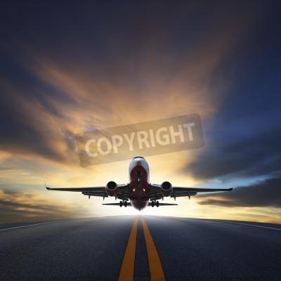 Affisch passagerarplan lyfta från banor mot vackra mörka himmel med kopia utrymme användning för luftfart, resa och reser industrin företag