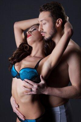 Affisch Passionerade seminude älskare som omfamnar i studio